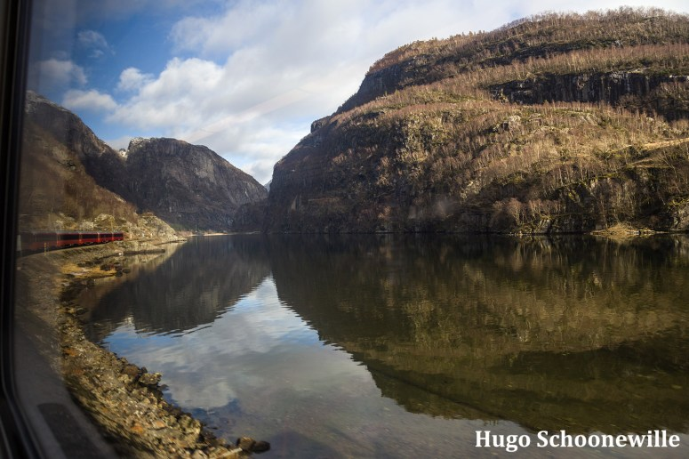 Uitzicht over een meer en de trein tijdens de Bergensbanen treinreis.
