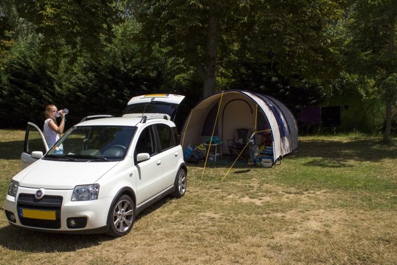 Een auto wordt uitgeladen in een tent op een camping in Burgos in Spanje