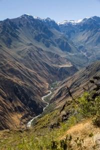 De Colca Canyon met de rivier in het dal