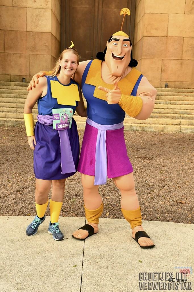 Meisje verkleed als Kronk tijdens hardloopwedstrijd in Disneyland Parijs samen met het personage Kronk op de foto.