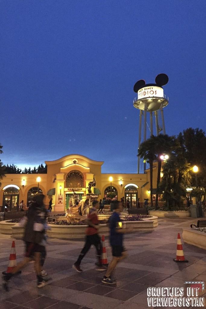Hardlopers die 5 kilometer in het donker door Walt Disney Studios rennen tijdens het runDisney weekend in Disneyland Parijs.