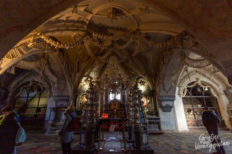 Ossuarium van Sedlec gedecoreerd met botten in allerlei vormen.