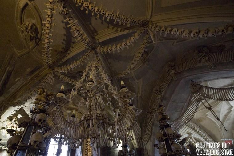Kroonluchter en andere plafonddecoraties van menselijke botten