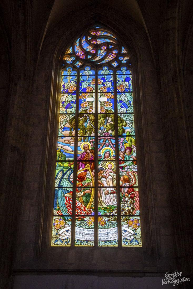 Glas-in-lood in St. Barbara kerk in Kutná Hora