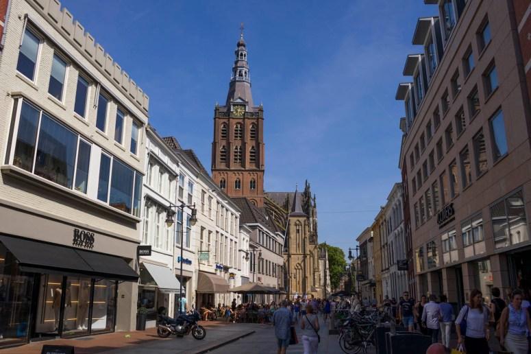 De brede Kerkstraat in Den Bosch met uitzicht op de kathedraal Sint-Jan.