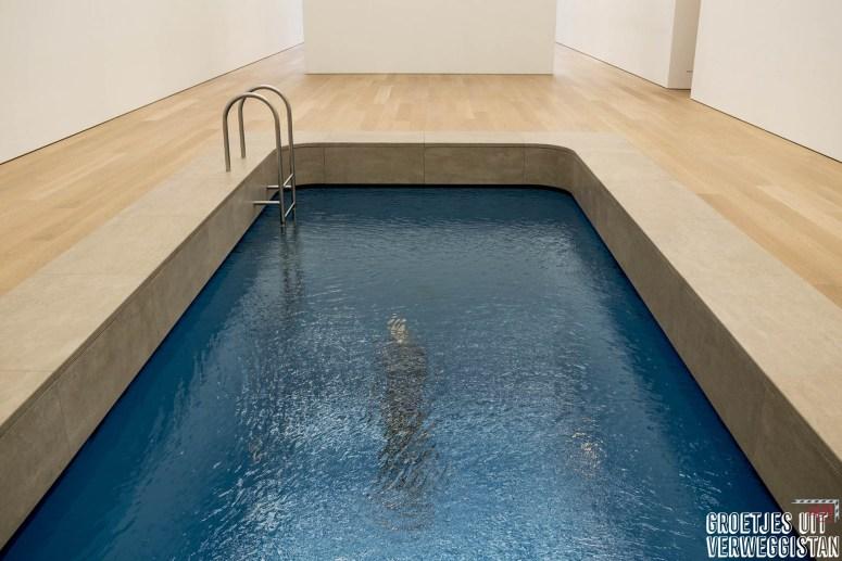 Kunstwerk van een zwembad met een echt laagje water.