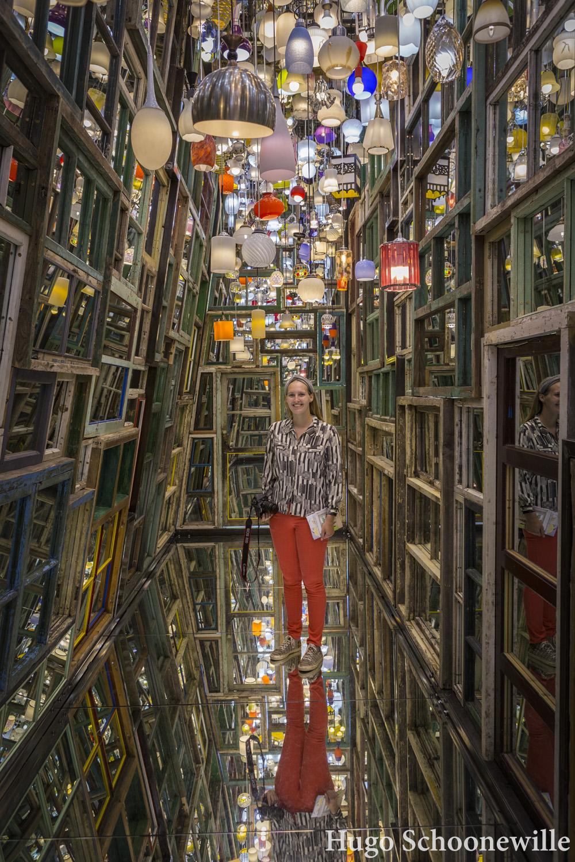 Kunstwerk Through the Wall in Museum Voorlinden, met spiegels in deurlijsten en ouderwetse lampen.