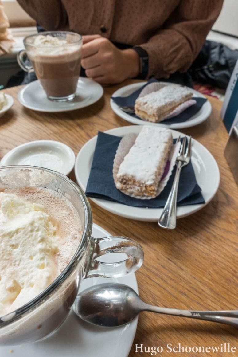 Taart en warme chocolademelk bij Villa Suikerberg in Zwolle: Zwollenaartjes zijn schuimgebakjes met hazelnoot en mokka.