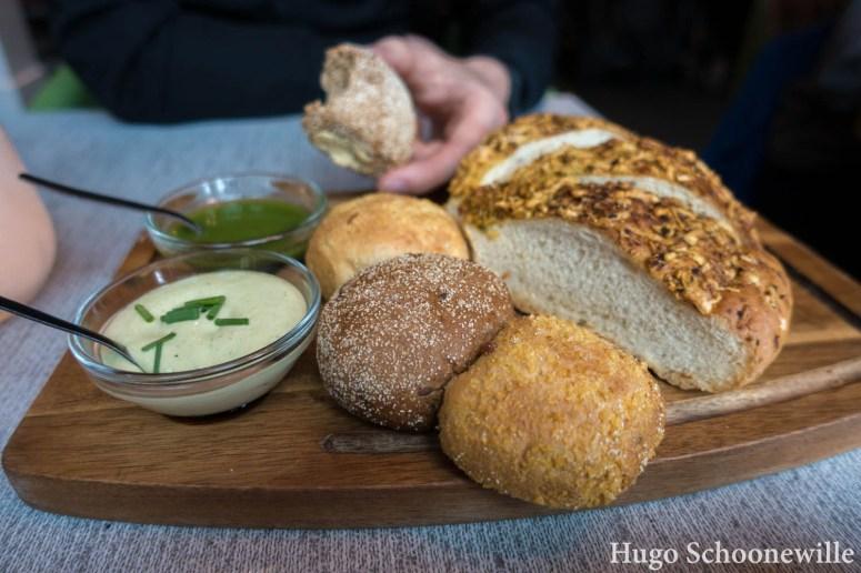 Uit eten in Zwolle: een broodplank met kruidendip en pesto bij restaurant Ingeburgerd in Zwolle.
