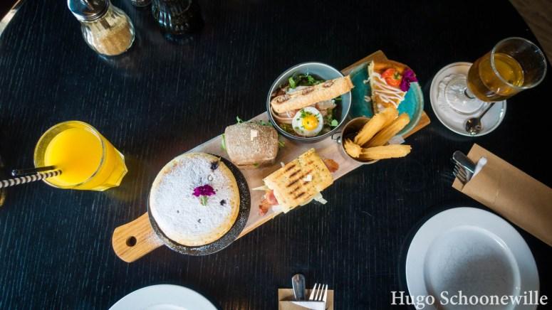 Restaurants in Zwolle: een goedgevulde plank met allerlei brunchgerechten bij Bij Hartje Zwolle: pancakes, churros, taart en hartige broodjes.