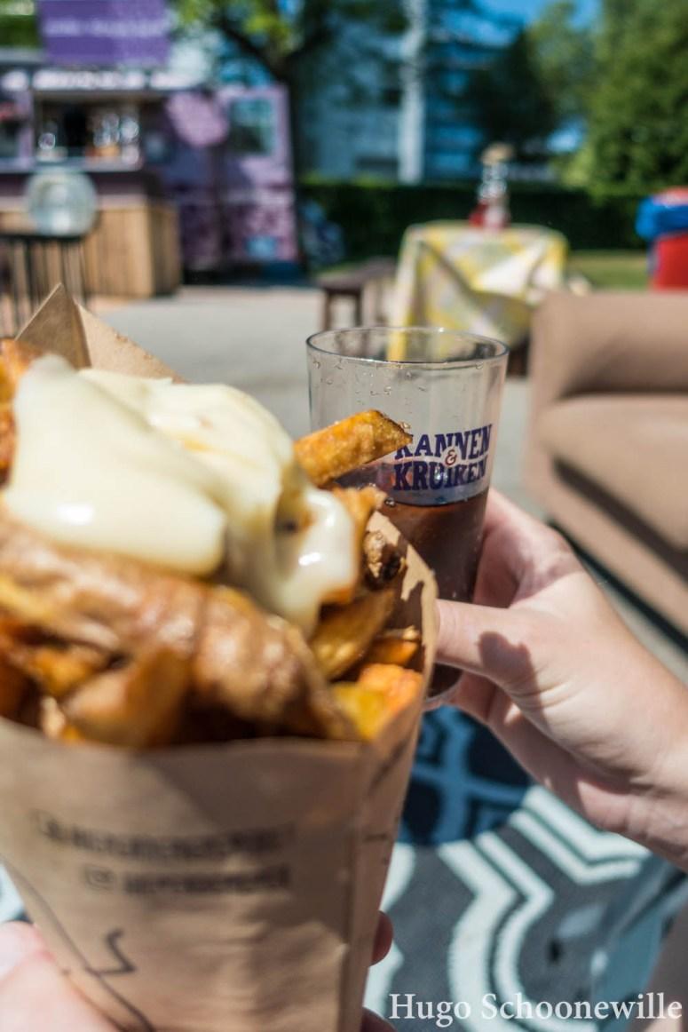 Drankje en frietje op Kannen & Kruiken: festival in Zwolle in het Pinksterweekend.