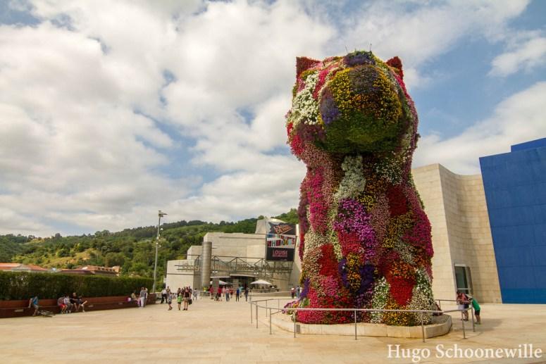 Kunstwerk in de vorm van een grote hond van bloemen: Puppy van Jeff Koon voor het Guggenheim Museum in Bilbao
