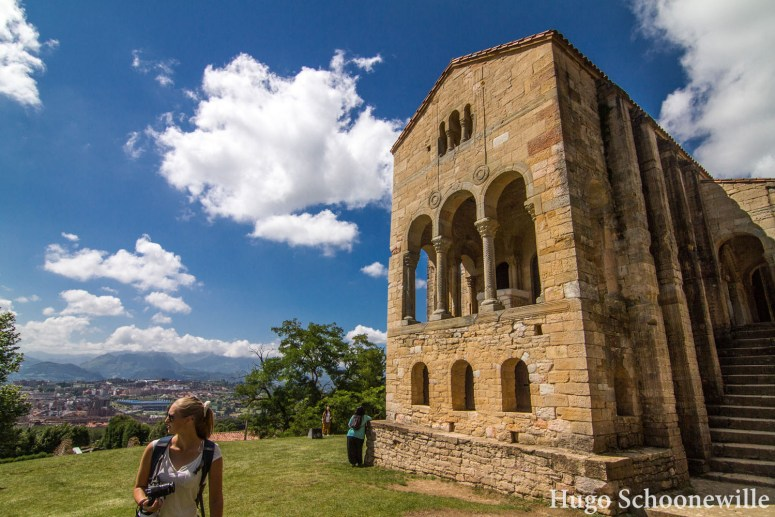 Heuvel met uitzicht over de stad Oviedo waarop de oude kerk Santa Maria del Naranco staat.