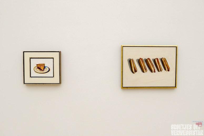 Schilderijen van Wayne Thiebaud met taart en met hotdogs in Museum Voorlinden in Wassenaar.
