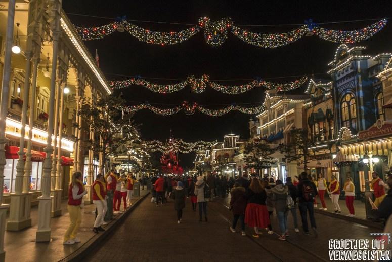 Kerstlichtjes en guirlandes op Main Street USA in Disneyland Parijs