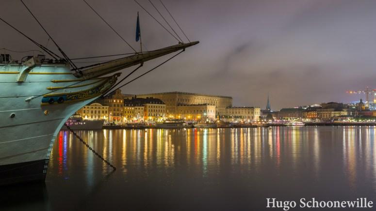 Stockholm by night: uitzicht over het water en het paleis