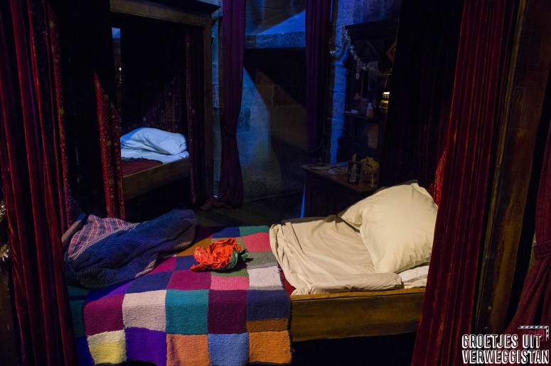 Hemelbed met gekleurde sprei van Harry en Ron in Warner Bros Harry Potter Studio Tour Londen