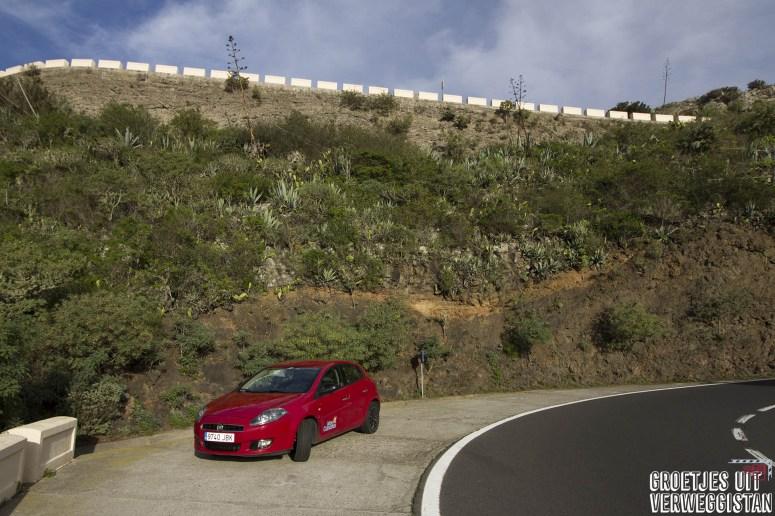 Rode Fiat Bravo huurauto van CICAR langs de weg in Tenerife.