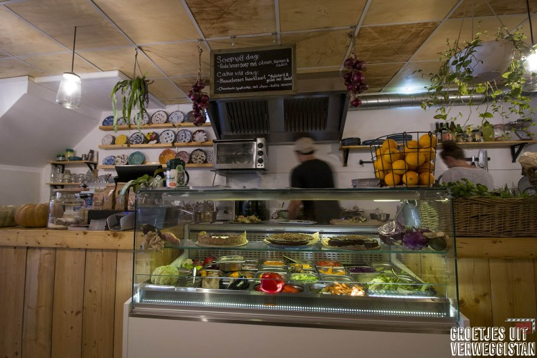 De saladebar en keuken van De Herbivoor, vegan restaurant in Groningen.