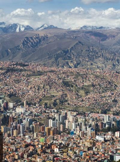 Rondreis Bolivia: uitzicht over La Paz vanaf de kabelbaan, gele lijn, amarillo, La Paz in Bolivia.