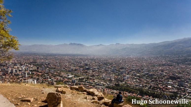 Uitzicht over Cochacamba in Bolivia vanaf het beeld Cristo de la Concordia op de berg.