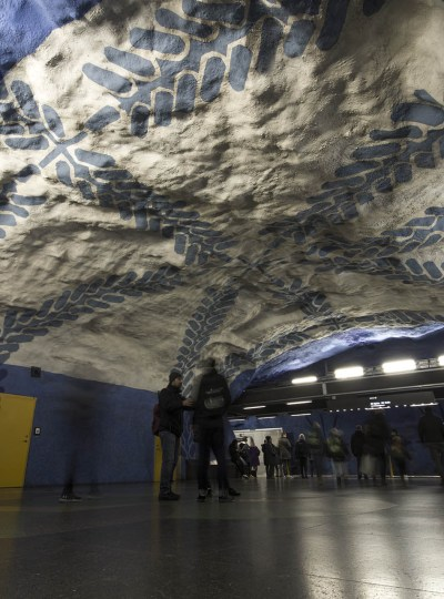 Subway art: metrostation T-Centralen met kunst in wit met blauw met bloemenmotief.