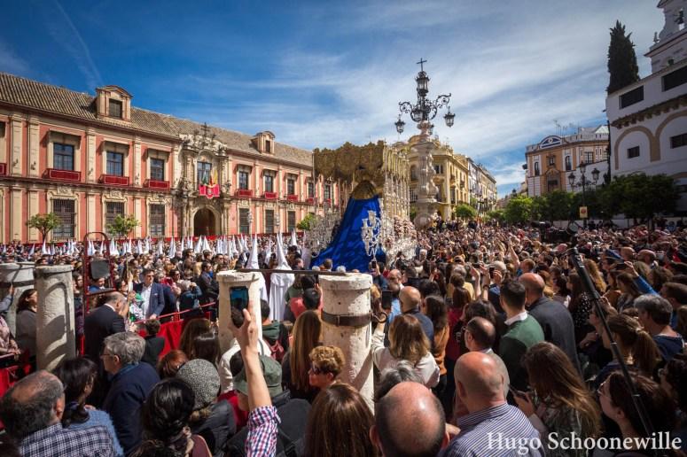 De paso met Maria van broederschap El Resucitado komt uit de kathedraal van Sevilla en gaat langs de menigte op het plein.