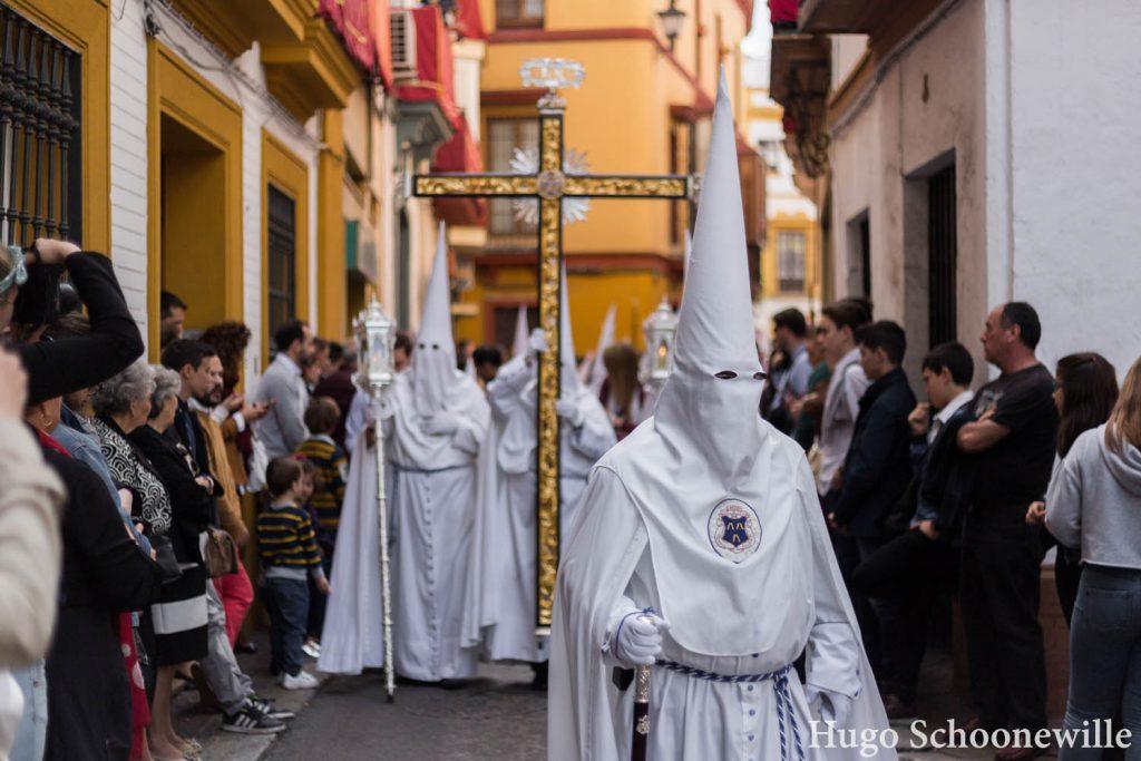 Witte nazareno's met kruis in Sevilla tijdens Semana Santa