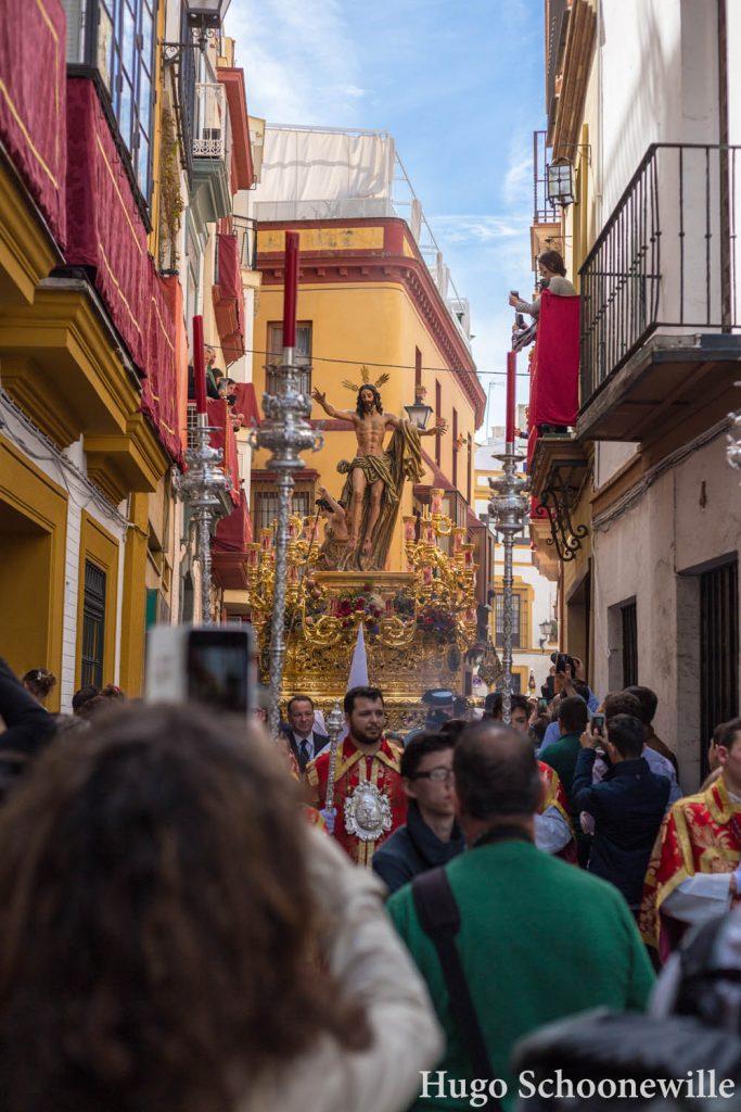 Een gouden paso met Jezusbeeld van broederschap El Resucitado in Sevilla