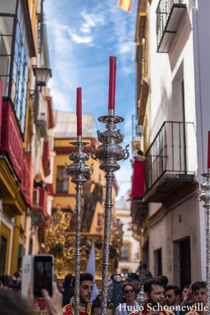 Kaarsen en op de achtergrond een gouden paso tijdens Pasen in Sevilla