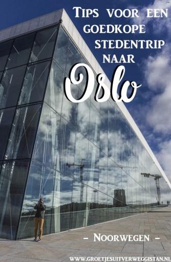 Het operagebouw van Oslo met een vrouw ervoor die fotografeert. Met tekst erop: tips voor een goedkope stedentrip naar Oslo.