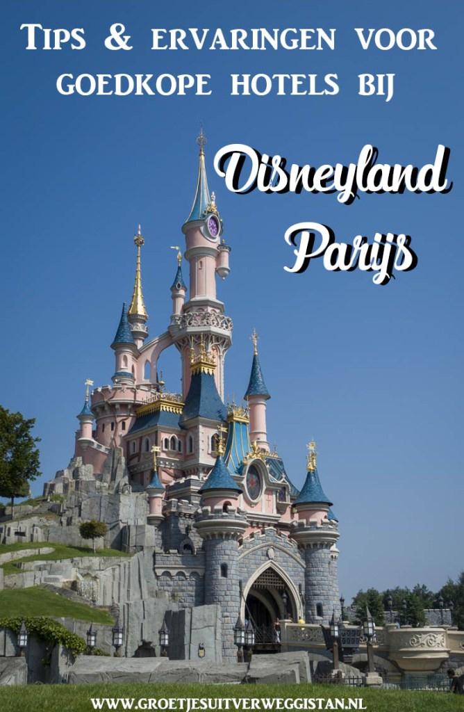 Kasteel van Disneyland Paris met een blauwe lucht en tekst voor Pinterest: goedkope hotels bij Disneyland Parijs.