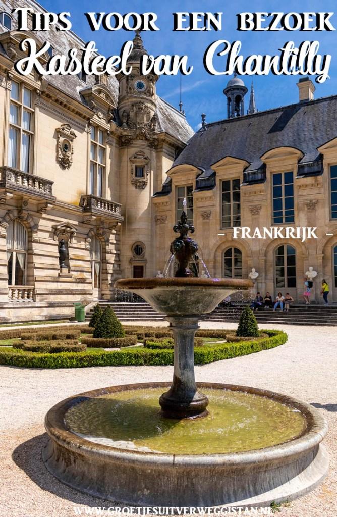 Pinterestafbeelding: tips voor een bezoek aan het kasteel van Chantilly met een afbeelding van het kasteel en de fontein ervoor.