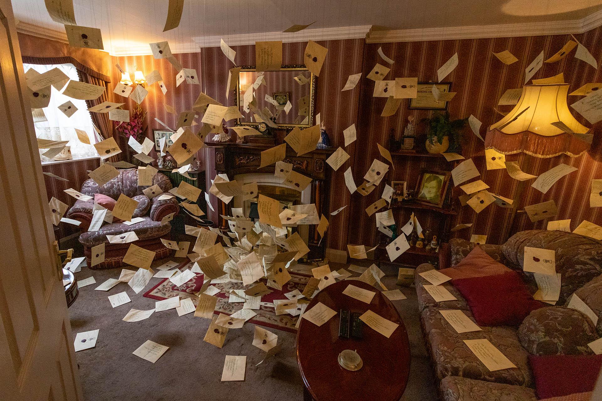 De brieven van Hogwarts die rondzweven door de kamer van de Dursleys op Privet Drive