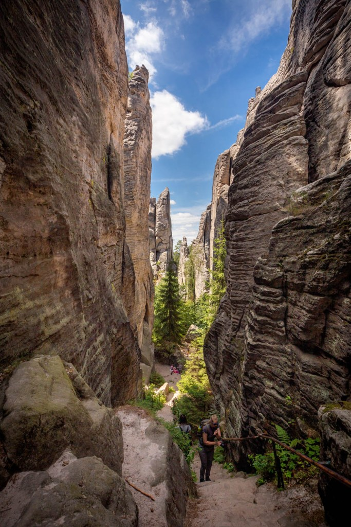 De smalle paden tussen de rotsen van Prachovské Skály in Cesky Raj of Boheems Paradijs in Tsjechië.