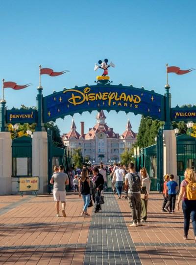 Entree van Disneyland Parijs met blauwe lucht en het Disneyland Hotel