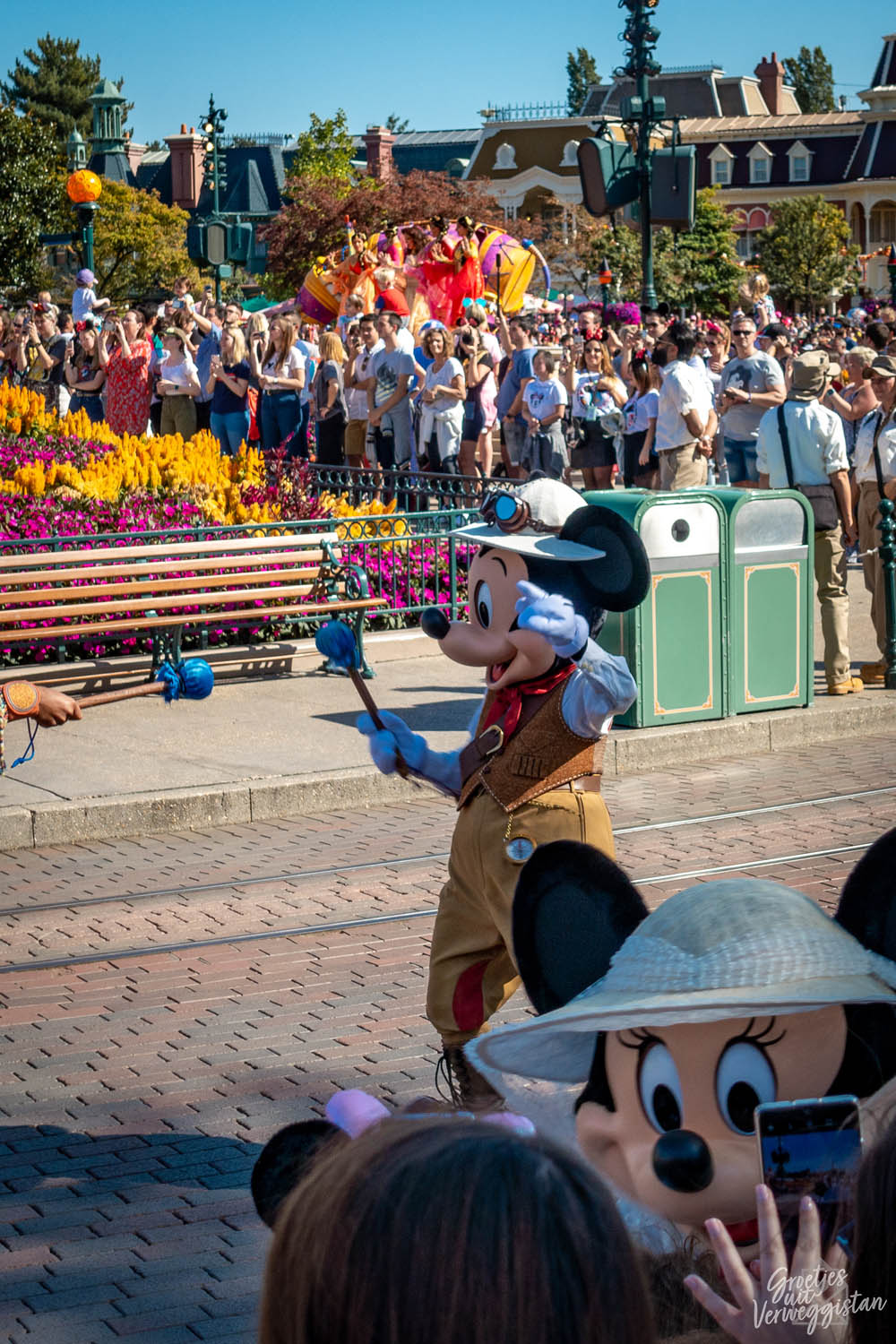 Mickey Mouse in jungle avonturen outfit tijdens The Jungle Book Jive in Disneyland Paris