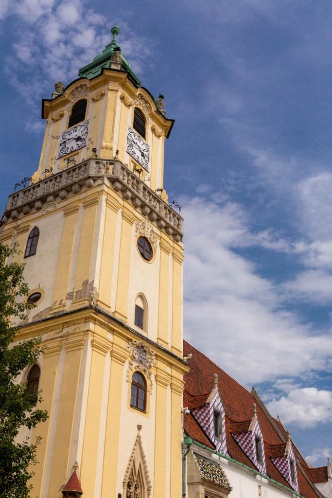 De toren van het stadhuis van Bratislava tegen een blauwe lucht