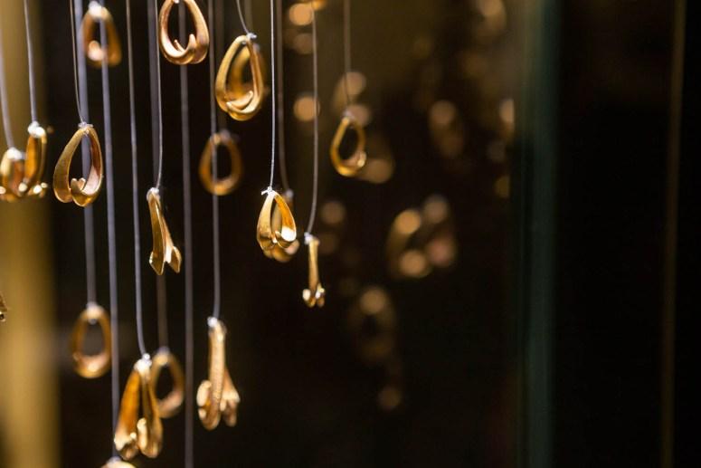 Gouden ringen in een vitrine in de archeologische tentoonstelling in het kasteel van Bratislava.