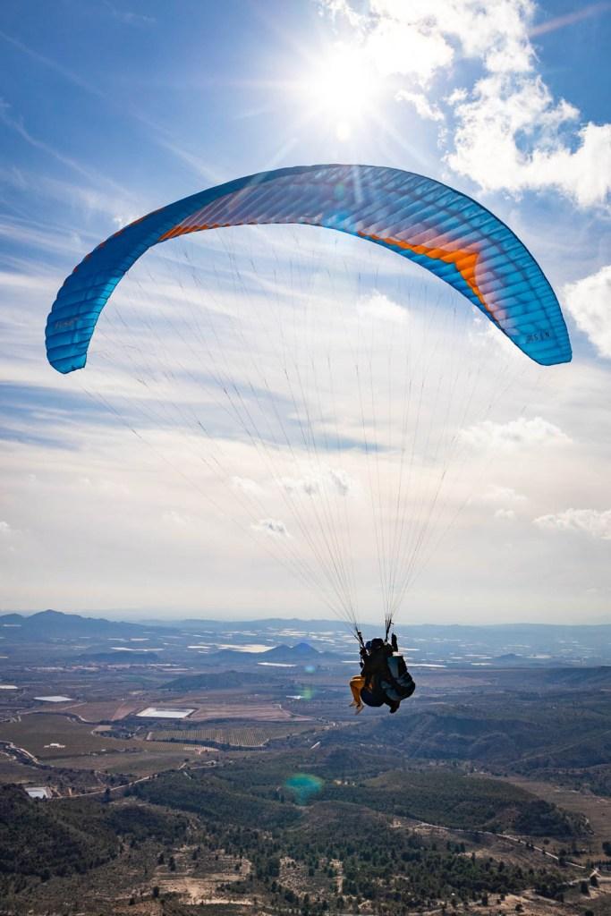 Tandem paragliding met een blauwe kite in Agost bij Alicante.