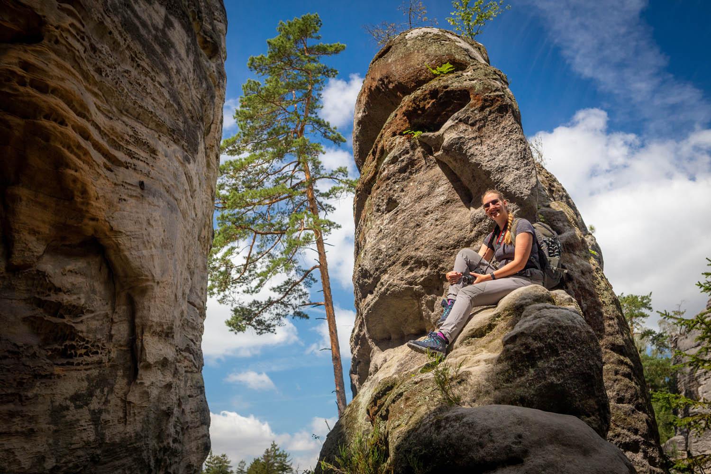 Meisje op een rots bij de rotsen van Prachov in het Boheems Paradijs.
