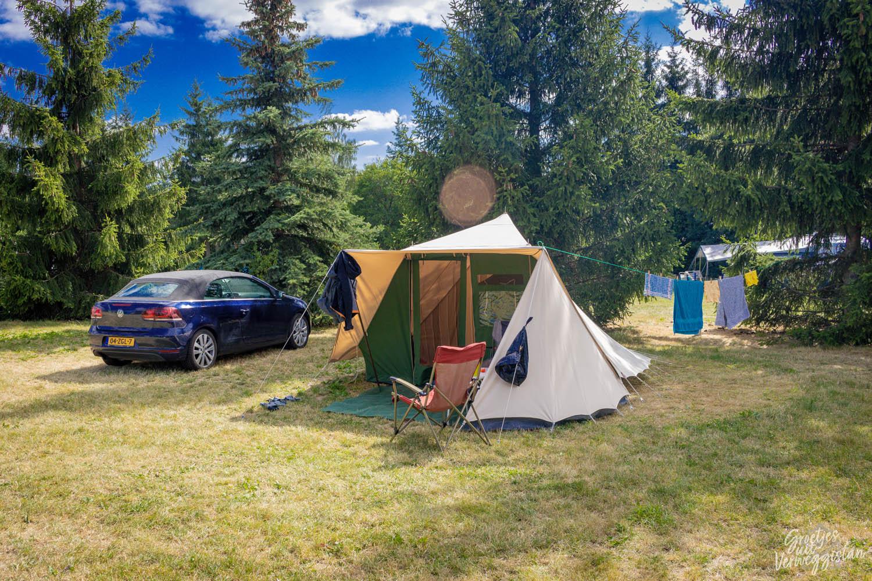 De Waard tent met waslijn eraan voor een rij bomen op de camping Český ráj in Tsjechië.