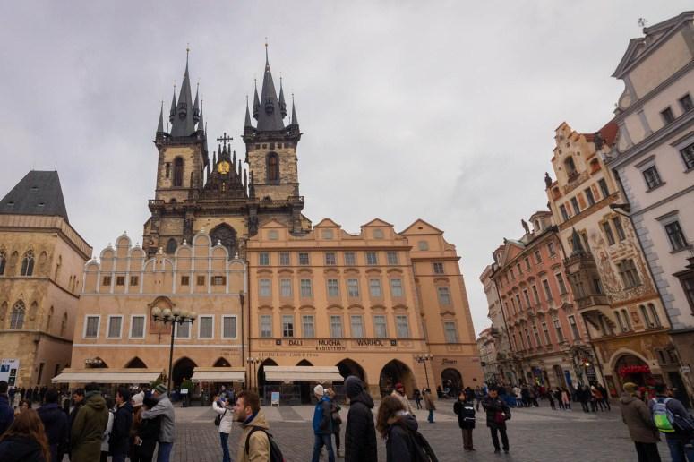 De hoge torens van de Týnkerk met de gevels ervoor.