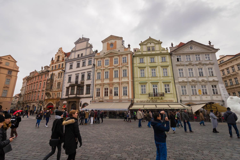Wat te doen in Praag: de gekleurde gevels aan het centrale plein van Praag.