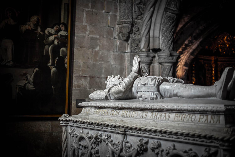 De tombe van Vasco da Gama in klooster Mosteiro Dos Jeronimos met erop liggend een standbeeld met gevouwen handen.