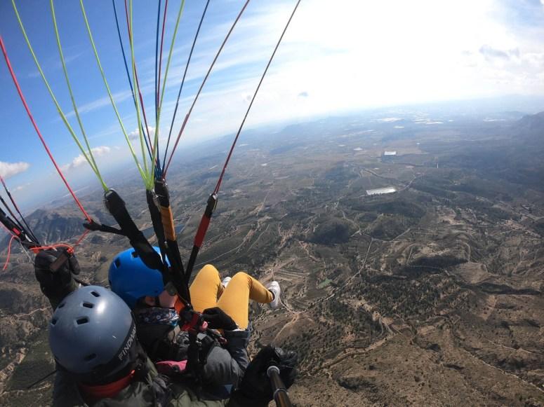 Foto tijdens het paragliden vanaf boven gemaakt