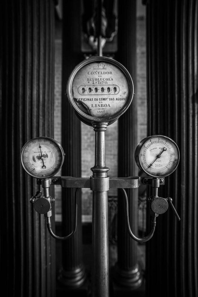 Drie meters in het oude stoomgemaal in zwart-wit.