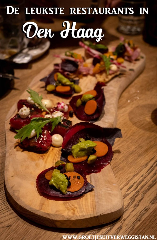 Pinterest pin: plank met hapjes van biet en wortel met de tekst: de leukste restaurants in Den Haag
