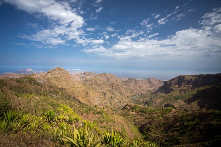 Uitzicht vanaf de Eixo Oriental Trail over  bergen en in de verte de zee en blauwe lucht van Santiago in  Kaapverdië.