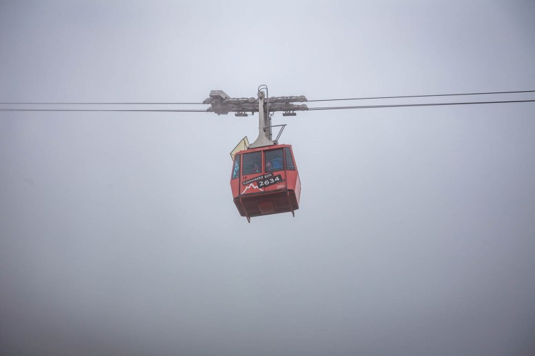 De gondel in Tatranská Lomnica op een mistige en bewolkte dag.